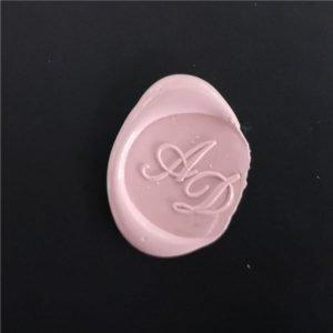 timbro ceralacca rosa con iniziali AD